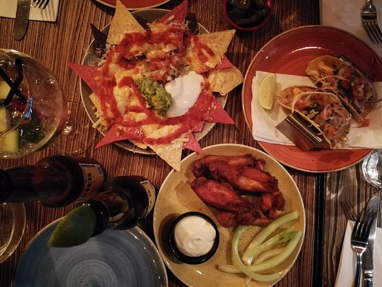 Nachos wings and fish tacos photo de yucca londres for Wings and fish