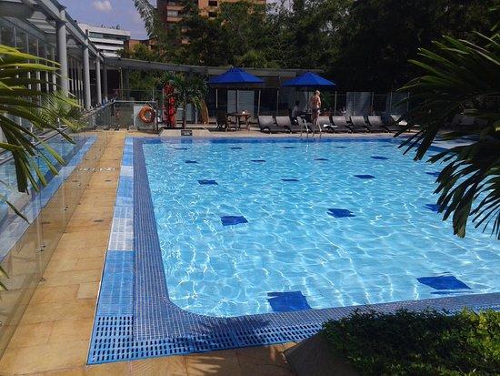 Piscina pefecta para el sol de un caluroso fin de semana for Piscina san fernando