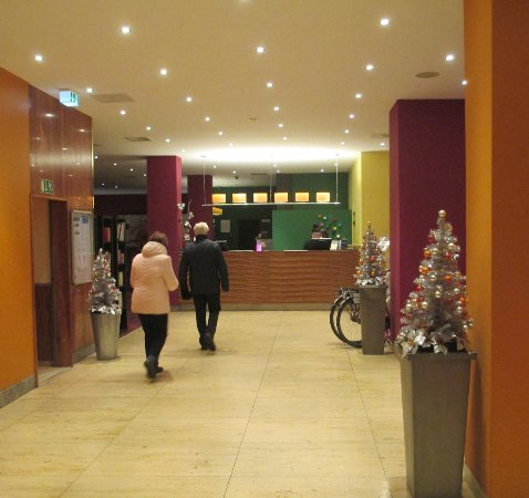 SORAT Hotel Ambassador Berlin: The reception area with lifts on the left