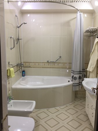 Amelia Hotel : Bathroom was all tiled and wall papered
