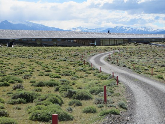 Tierra Patagonia Hotel & Spa: Approaching hotel from driveway