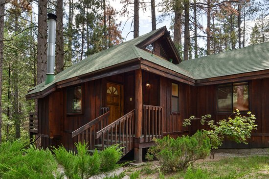 Idyllwild, CA: Cabins of lovely amber wood offer you a retreat.