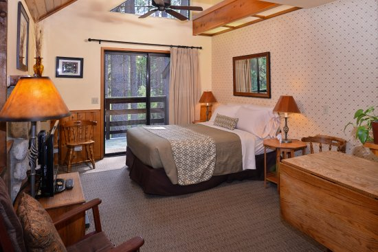 Idyllwild, CA: Another view at our studio cabins, each with it's own private balcony overlooking the creek.
