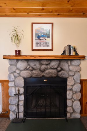 Idyllwild, CA: EVERY Cabin and suite offers a private fireplace