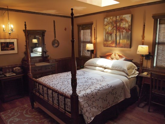Idyllwild, CA: The Autumn Courtyard Theme Suites is one of only four suites.
