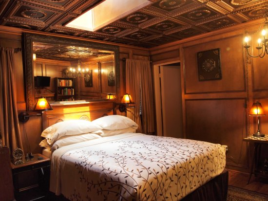 Idyllwild, كاليفورنيا: Our Country Gentleman's Courtyard Theme Suite is like staying in an elegant country manor home