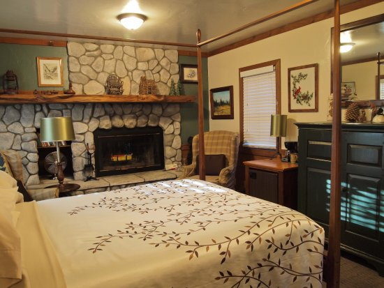 Idyllwild, CA: Only two fireplace suites are available with a private wood-burning fireplace (DuraFlame provide