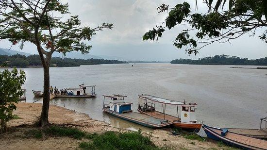 Sao Felix Do Xingu, PA: Vista do restaurante. Encontro dos rios Fresco e Xingu.