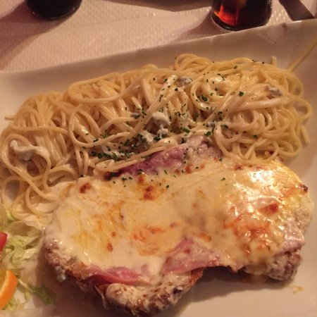 Chilly-Mazarin, France: Escalope giulia