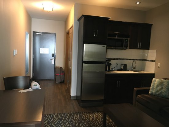 Spruce Grove, Canadá: View from the bedroom door -- kitchenette with full size fridge and microwave.