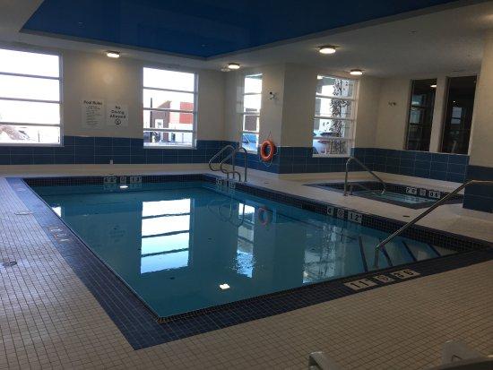 Spruce Grove, Canadá: Pool with hot tub.