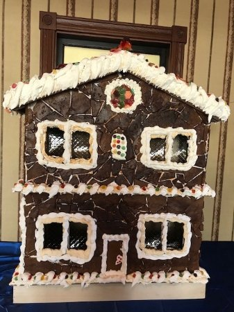 Bonfire Grill and Pub: Gingerbread house in the lobby of the hotel