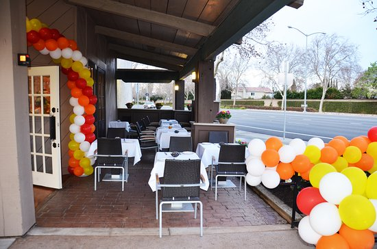 Pleasanton, CA: Outdoor Seating (Summer Time)