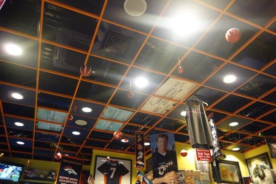 Boots & Kimo's Homestyle Kitchen: アメフトのグッズで店内は飾られています。