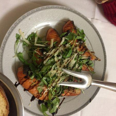 Oriolo, Italien: Filetti di salmone con rucola, grana e aceto balsamico (ottimi)