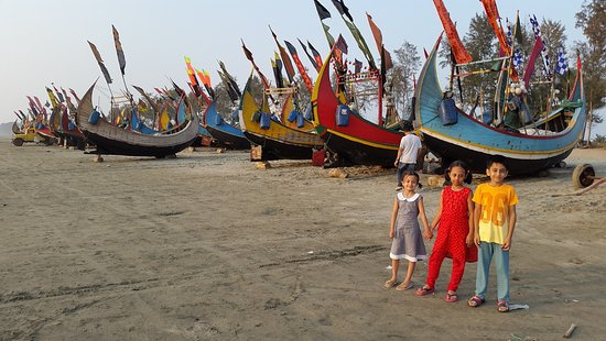 Teknaf, Bangladesch: Beautifully colored local fishing boats lined-up on beach, waiting for next fishing trips!!!