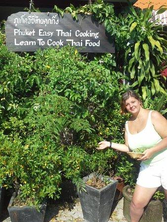 Rawai, Thailand: Picking a lime...fresh vegetable & Herb.