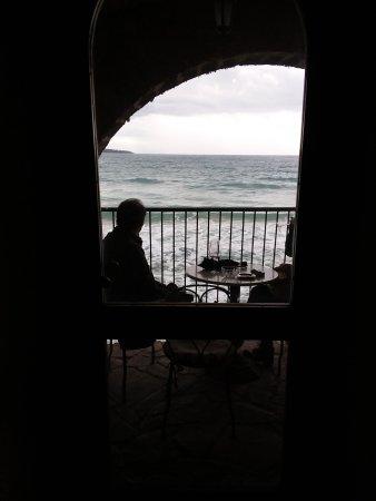 Enoteca le Petit Tonneau: sorseggiando un buon calice di vino ascoltando il mare in burrasca