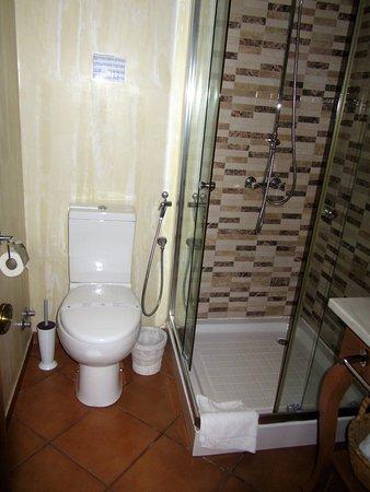 Kira's Boutique Hotel: Salle d'eau et toilettes.