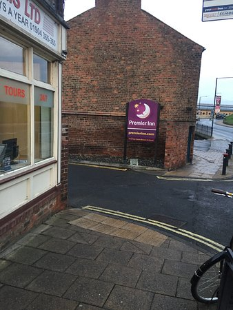 Premier Inn York City (Blossom St North) Hotel : Entrance to rear Car park on Queens St (by taxi place)