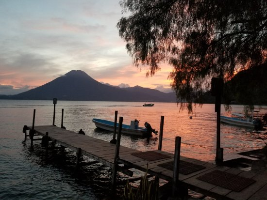 La Casa del Mundo Hotel: the hotel dock at sunset