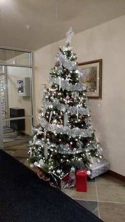 Clearwater Suite Hotel : Holiday decorations near new temporary lobby
