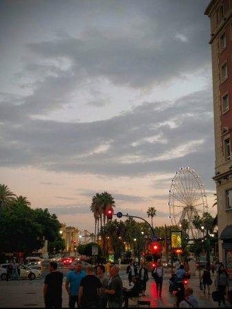 Hotel Molina Lario : Vanuit de straat voor het hotel uitzicht naar zee