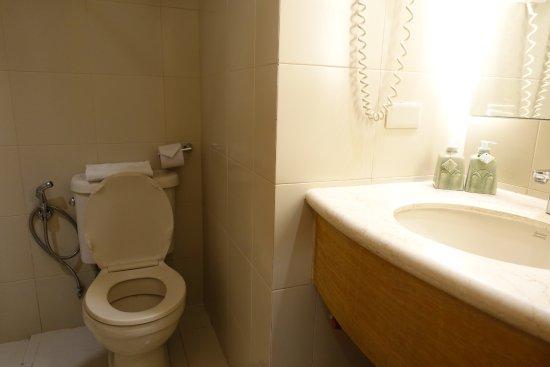 City Garden Suites: En liten toalett.