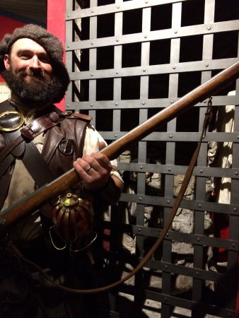 Highlander Tours : Andy guarding the prisoner at Callendar House