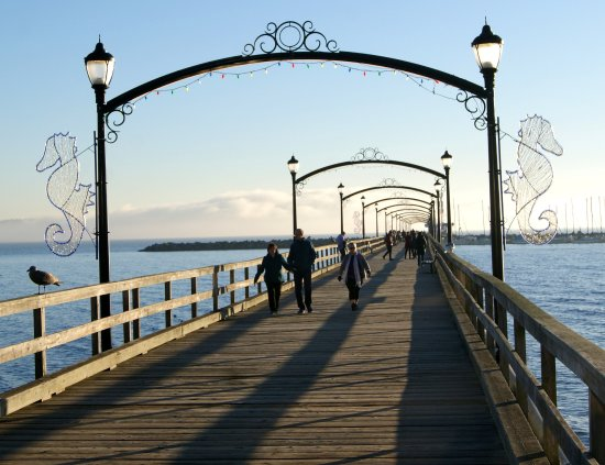 White Rock, كندا: The Pier with plenty of benches to sit and to enjoy