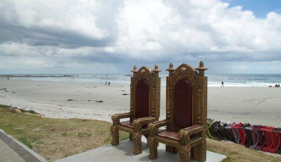 Camps Bay, Afrika Selatan: 2 Throne an der Promenade