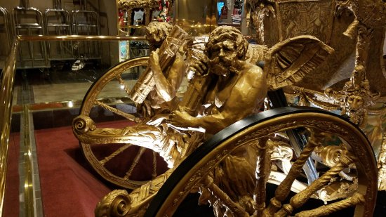 London Bridge Resort: A replica of England's Gold Stage Coach which in in the lobby of the hotel.