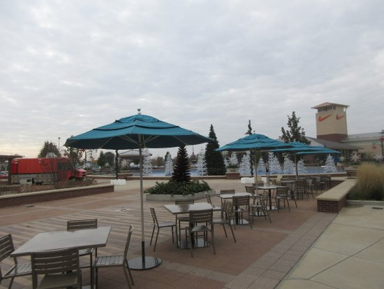 Chicago Premium Outlets: Waiting for Customers and ... Warmer Weather