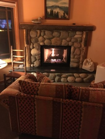 Weasku Inn: Cozy stone gas fireplace