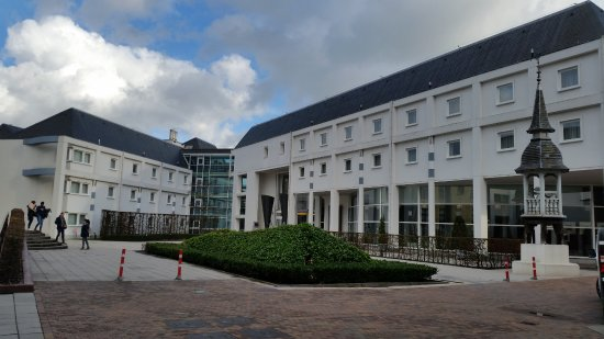 Novotel Brugge Centrum Hotel: Courtyard and hotel