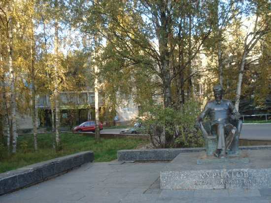 ‪Monument to Kurchatov‬