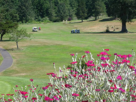 Reedsport, Oregón: View from the flower beds near Pro Shop with No. 9 Fairway beyond.