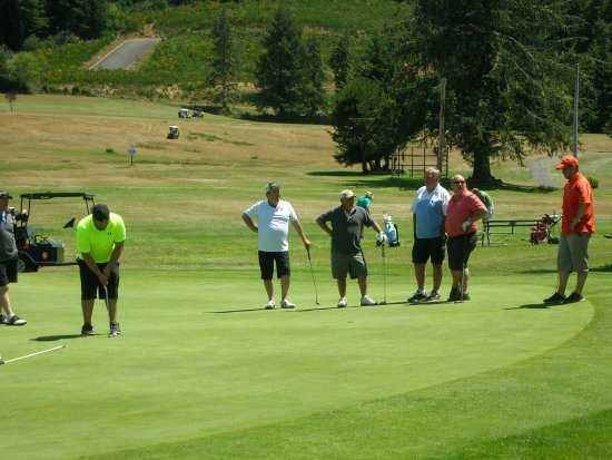 Reedsport, Oregón: Unlike some courses, we're happy to try and accommodate larger groups playing together.