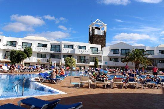 Be Live Experience Lanzarote Beach: Sicht von der Bar zum Poolbereich