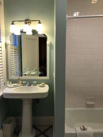 Hot Springs, VA: King Tower Room - Bathroom
