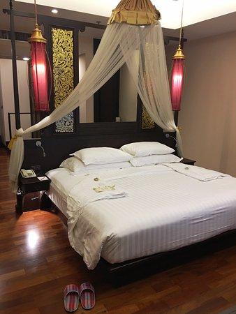 Siripanna Villa Resort & Spa: Grand Deluxe Lanna room - bed