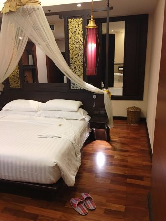 Siripanna Villa Resort and Spa Chiang Mai: Grand Deluxe Lanna room - with panels open to bathtub on the right