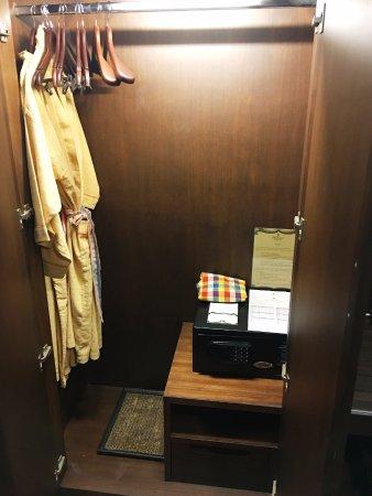Siripanna Villa Resort & Spa: Grand Deluxe Lanna room - closet and safe