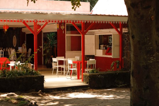 Pereybere Beach: Restaurant besides the park.