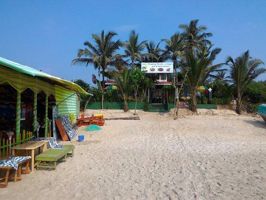 Benaulim Beach: Вид на массажный салон с берега океана