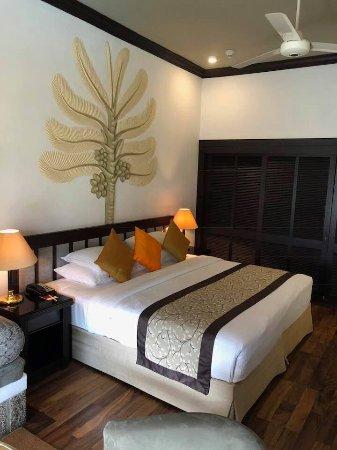 Earl's Regency Hotel Photo