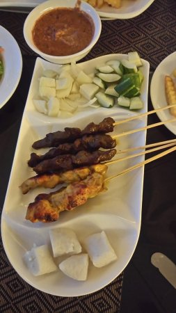 Riverside Majestic Hotel: beef & chicken satay up close!