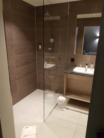 Großes modernes Bad mit Badewann und Dusche - Bild von Hotel Campo ...