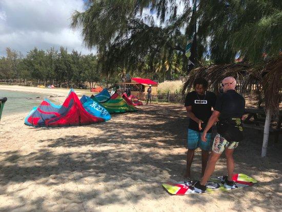 Isola di Rodrigues: Bobo donne les derniers conseils... à l'ombre : au fond le joli chalet où il vous accueille.