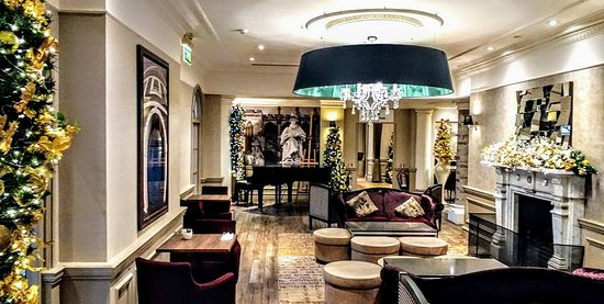 Mercure Exeter Southgate Hotel: The bar area tastefully decorated, dining areas beyond.